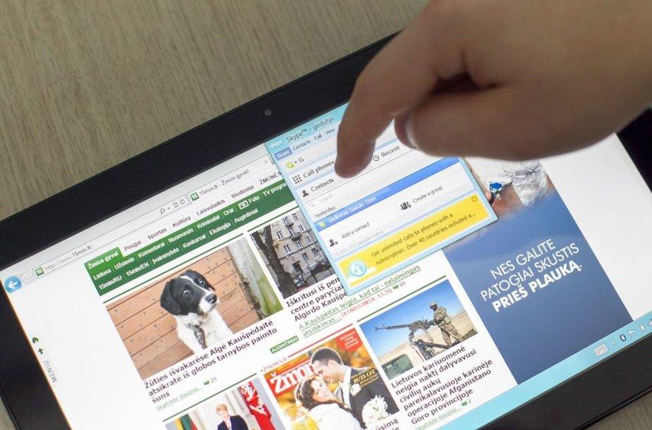 """""""Windows 8"""" darbalaukio versija su įjungta interneto naršykle ir """"Skype"""" susirašinėjimo programa"""