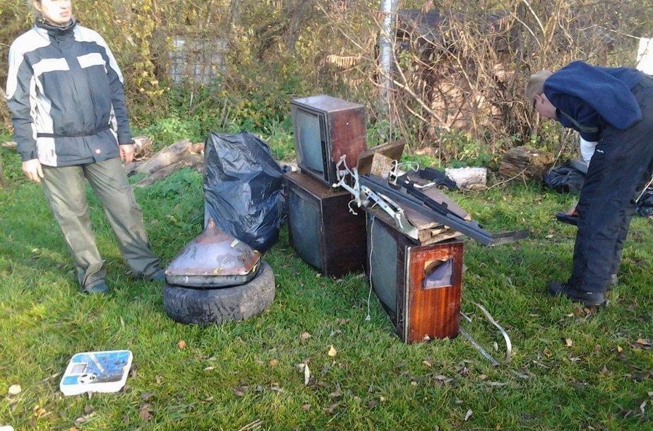 Šiukšlių rinkimo akcijoje dalyvavę baidarininkai rado nemažai išmestų televizorių.