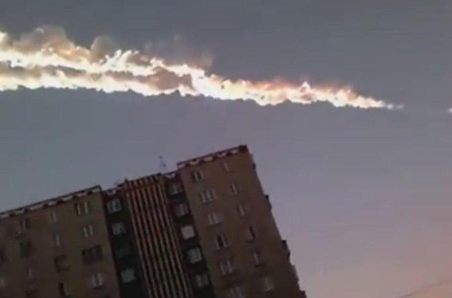 Meteoritas danguje paliko ryškų ruožą