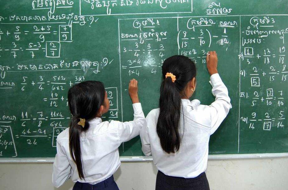 Mokinės rašo ant lentos