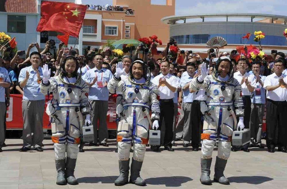 Kinijos astronautai (iš kairės) Wang Yaping, Zhang Xiaoguangas ir Nie Haishengas.