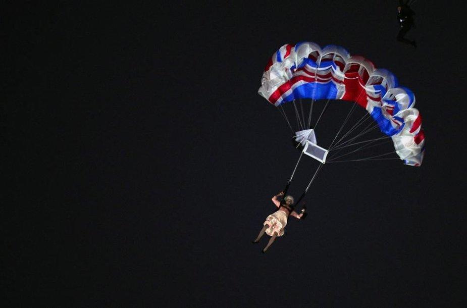 Aktorė persirengusi Didžiosios Britanijos karaliene Elizabeth II iššoko iš sraigtasparnio Londono olimpinių žaidynių atidarymo ceremonijos metu