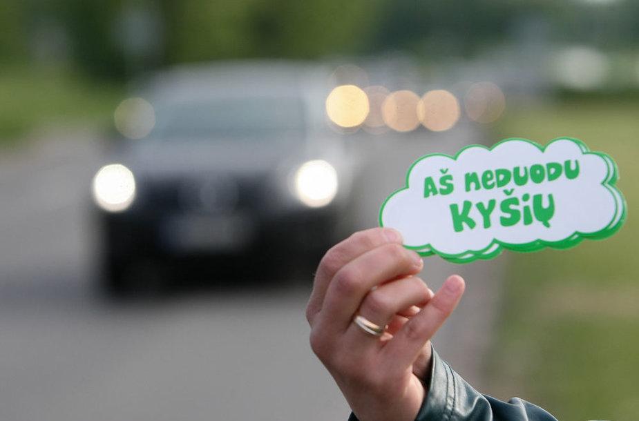 """Akciją """"Aš neduodu kyšio"""" inicijavo """"Vilniaus Lietuvos Tūkstantmečio Rotary klubas"""", platinant lipdukus prisidėjo """"Vilniaus Gedimino Rotary klubas""""."""