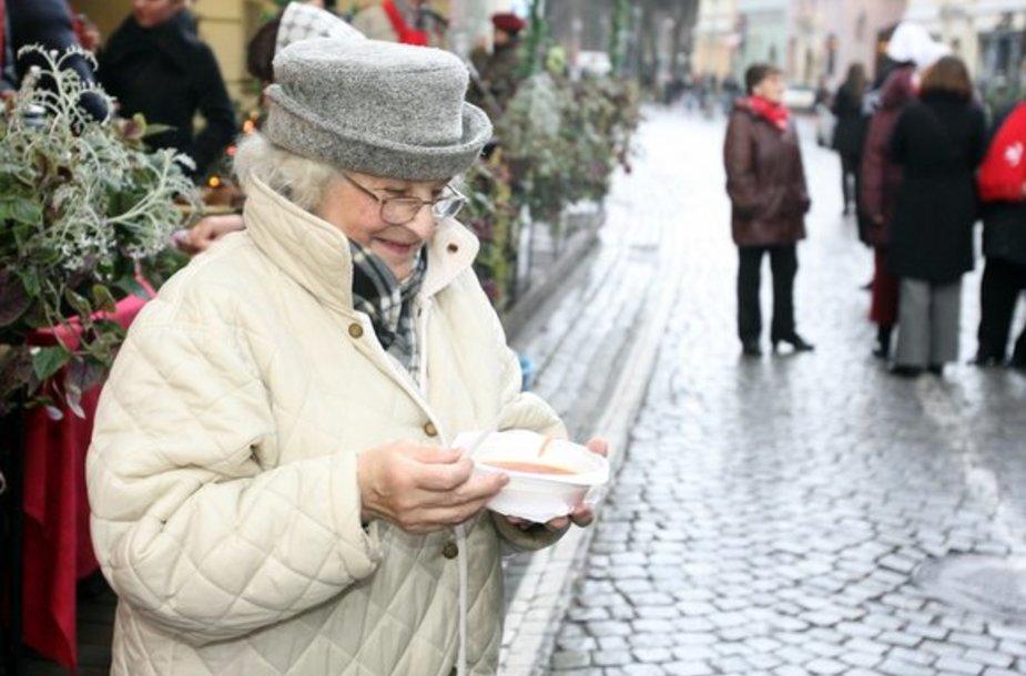 Vilniaus Pilies gatvėje LNK televizijos žvaigždės praeiviams siūlė nepraeiti pro šalį, paaukoti vargstantiems ir pasivaišinti Kalėdine sriuba.