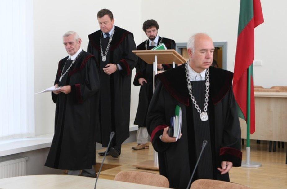 Aukščiausiasis Teismas su prokuroru ir abiejų šalių advokatais sprendžia, ką daryti su garsiąja pedofilijos byla.