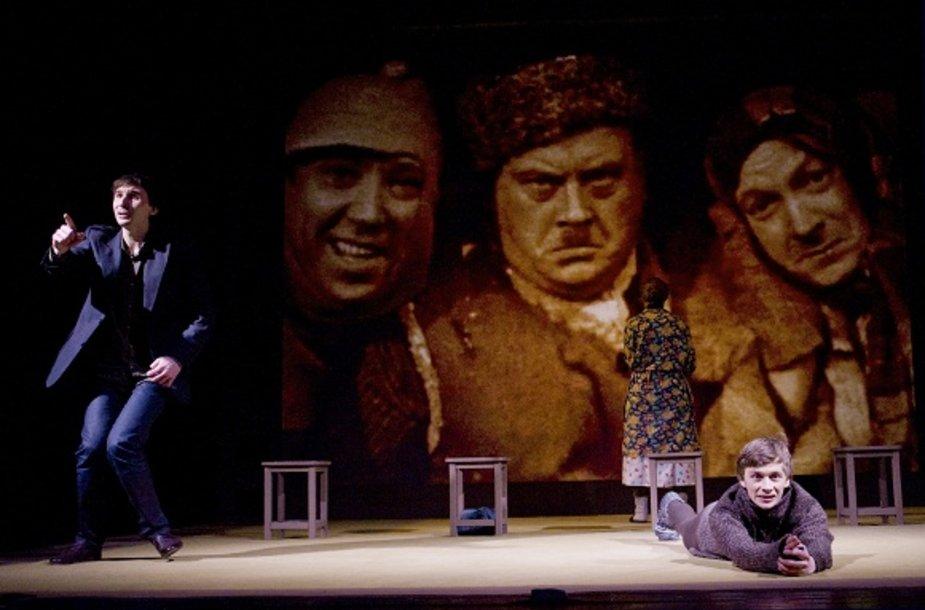 """Spektaklio """"Prakeikta meilė"""" scena. iš kairės: Valentinas Krulikovskis, Inga Maskarina, Valentinas Novopolskis"""