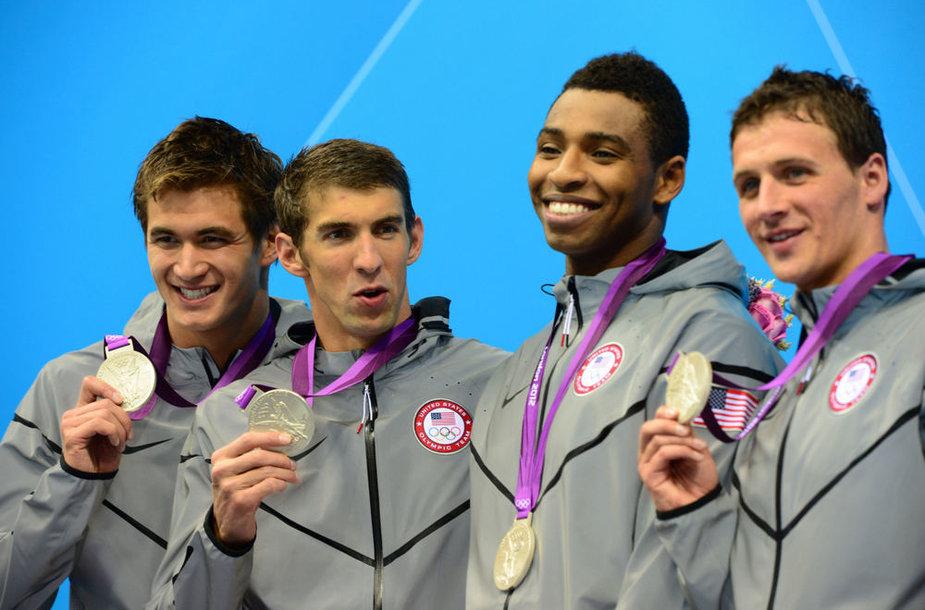 JAV plaukimo rinktinė – Michaelas Phelpsas antras iš kairės.