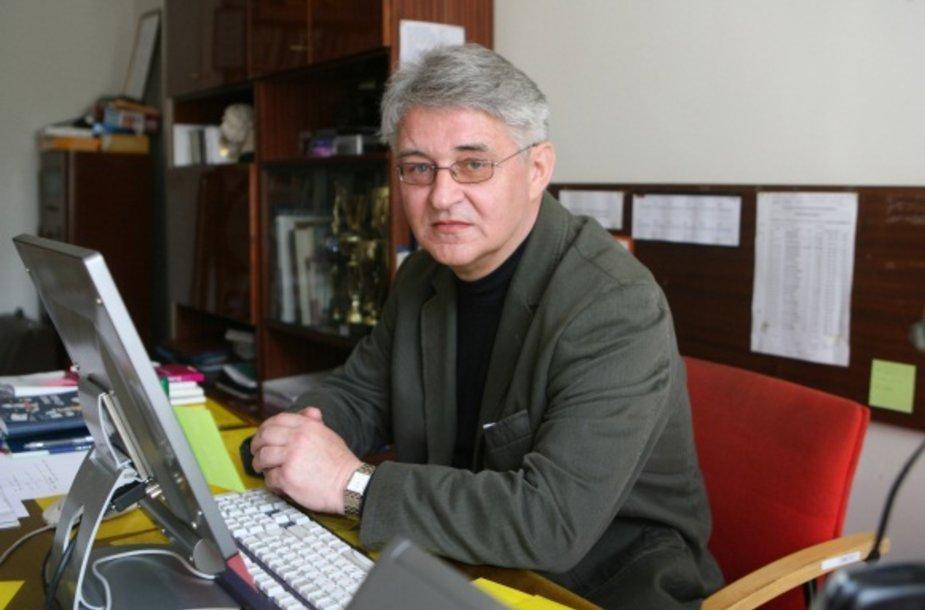 Vingio vidurinės mokyklos direktoriaus J.Popovo teigimu, prijungus mokyklą prie Lazdynų vidurinės, bene labiausiai nukentės mokytojai. Šiuo metu ieškoma galimybių juos įdarbinti kitose Vilniaus mokyklose.