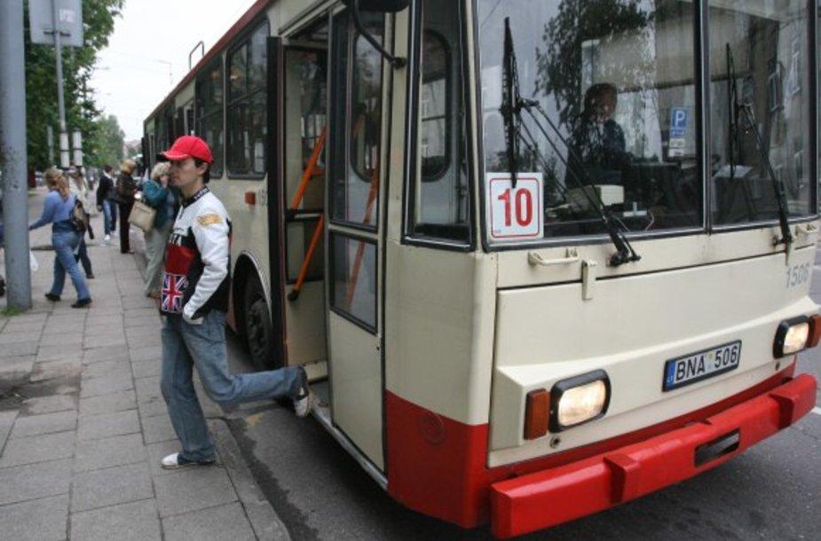 Svarstoma į Vilniaus gatves išleisti daugiau autobusų ir troleibusų, nes vilniečiai skundžiasi, kad jų trūksta.
