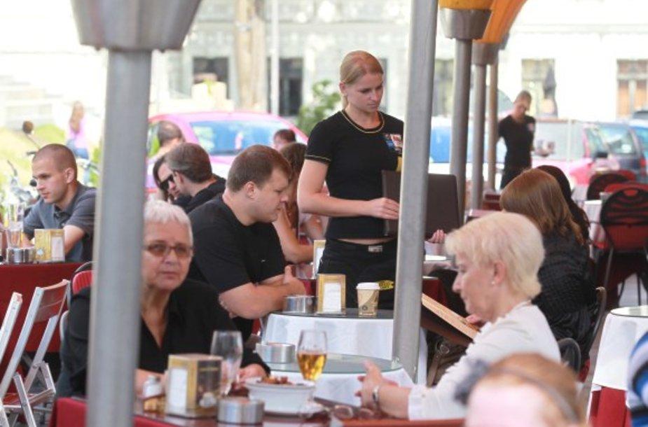 Lauko kavinės šią vasarą lankytojų skaičiumi nesiskundžia – laisvų staliukų jose ne visada rasi.