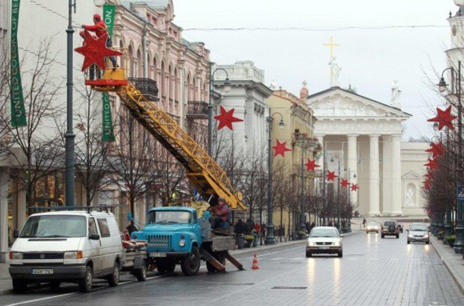 Kalėdinės dekoracijos pirmiausia kabinamos centrinėje Vilniaus gatvėje.