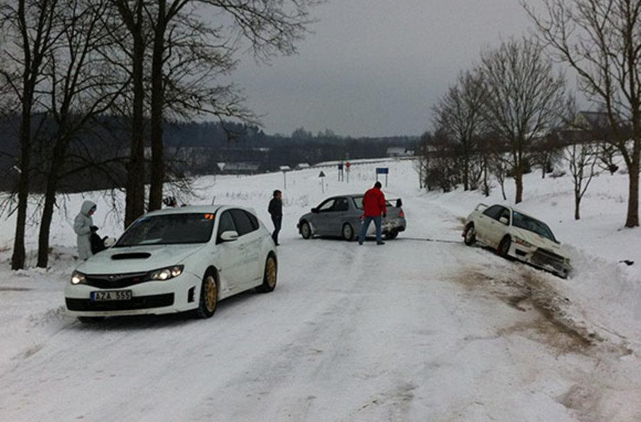 Kuriozas: Iš pusnies traukiamas Inesos Tushkanovos automobilis