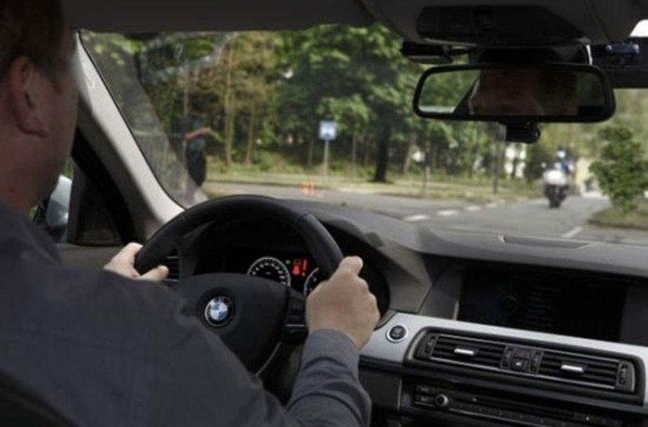 BMW siūlo pagalbą sukant į kairę
