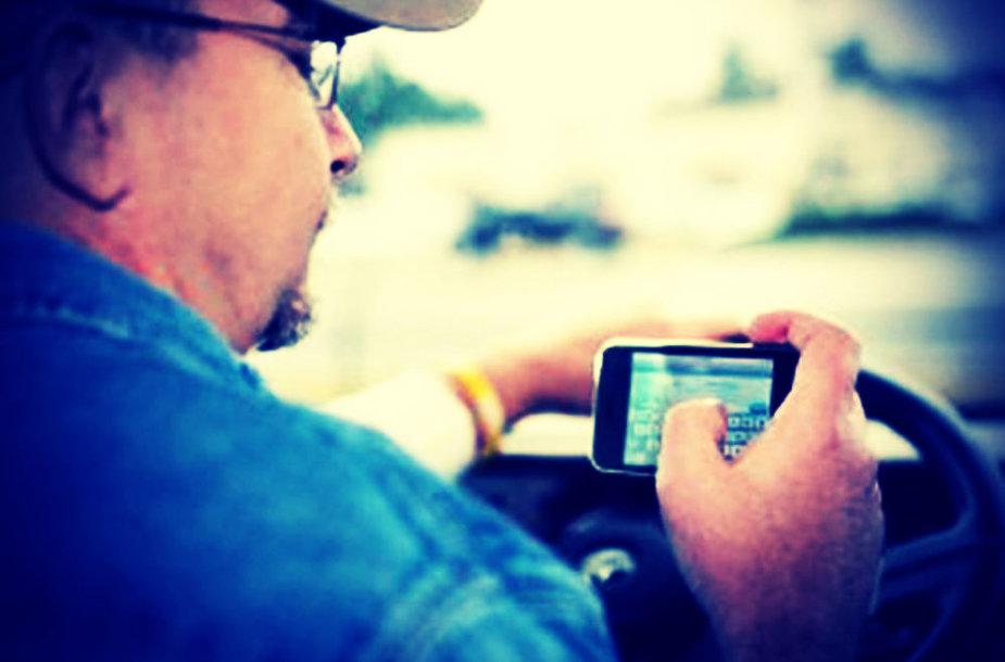 Vilkiko vairuotojas naudojasi mobiliuoju telefonu