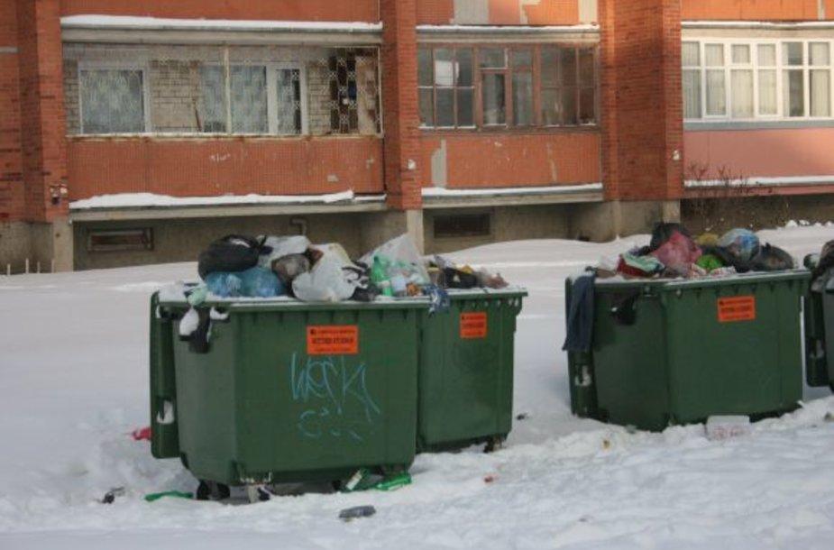 Šiukšlės daugiabučių kiemuose kaupėsi nuo praėjusios savaitės - šiukšliavežiams pasiekti konteinerius trukdė sniegas.