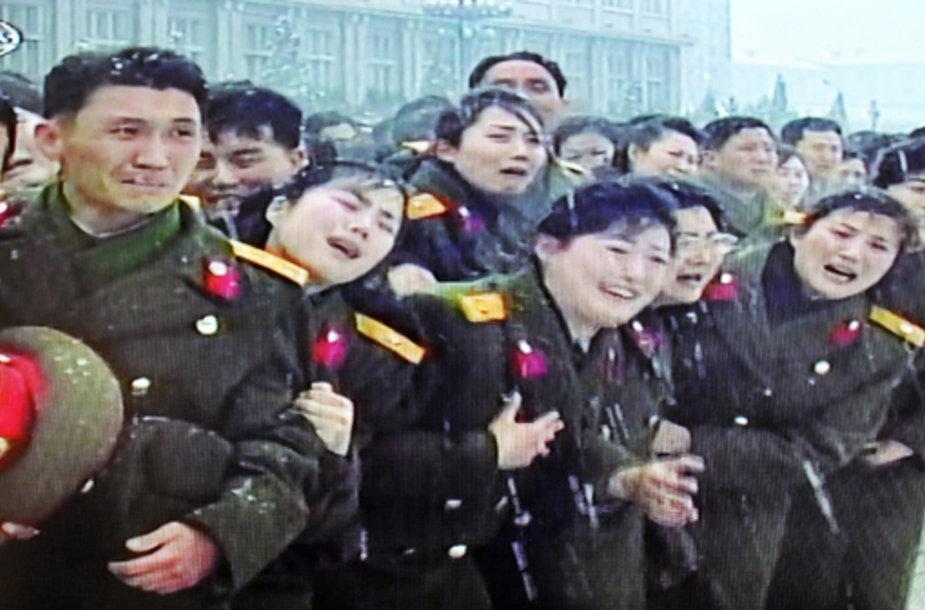 Į laidotuves susirinkę pareigūnai gedi Šiaurės Korėjos lyderio Kim Jong Ilo.