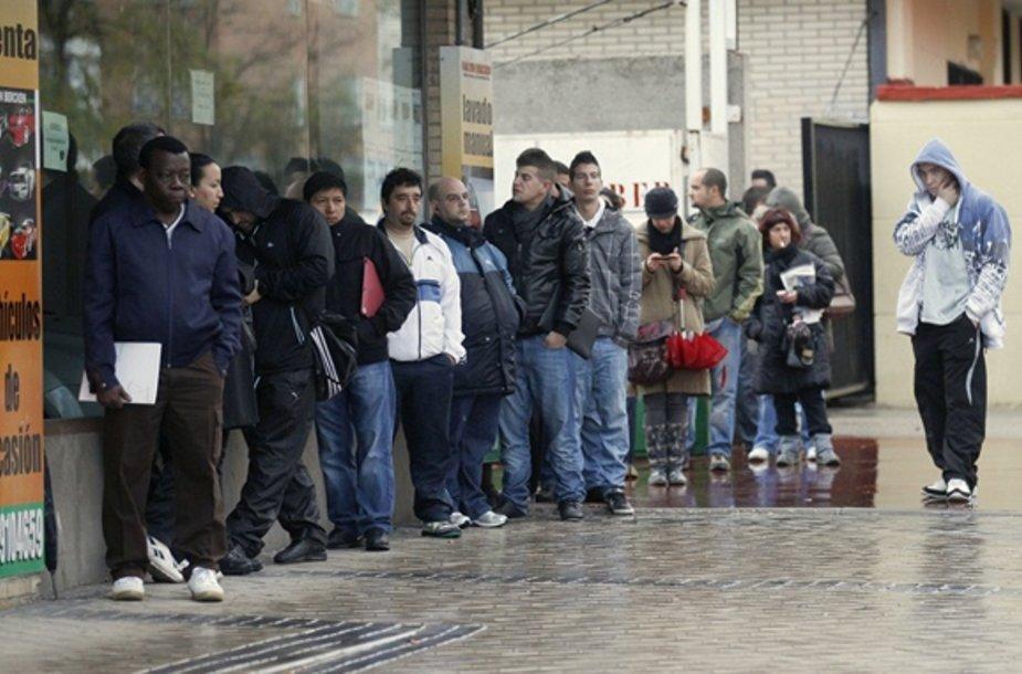 Ispanijoje bedarbiai laukia kada bus atidaryta įdarbinimo įstaiga.