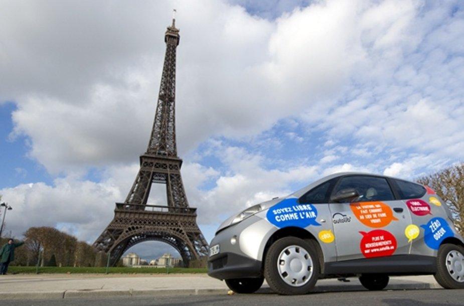 Elektra varomas automobilis netoli Eifelio bokšto