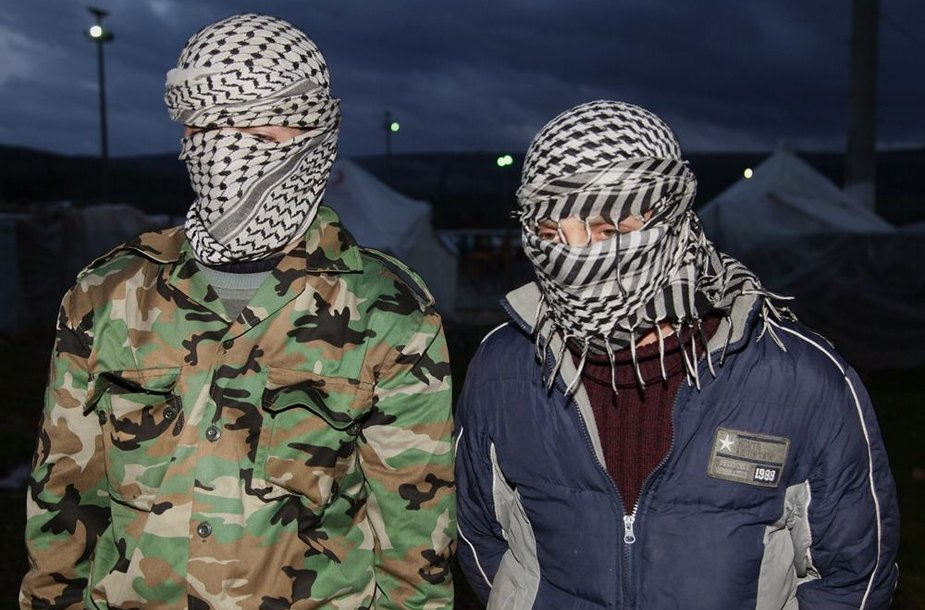 Vyrai prie Turkijos sienos teigia esą Sirijos armijos dezertyrai.