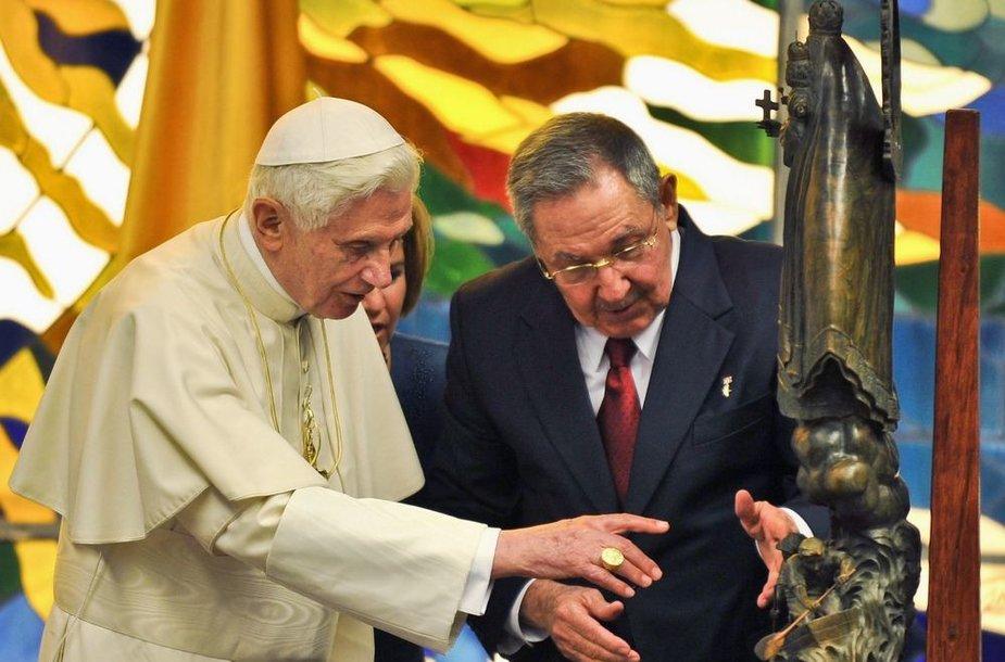 Kubos prezidentas Raulis Castro įteikė dovaną Popiežiui Benediktui XVI.
