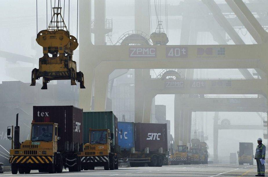 Dajaovano uoste ant sunkvežimių kraunami konteineriai