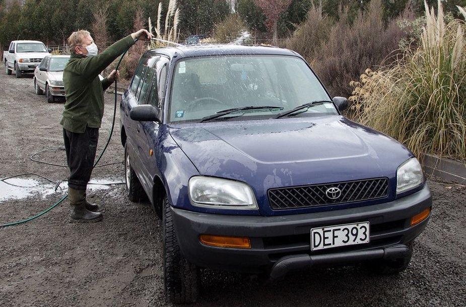 Vyras plauna automobilį