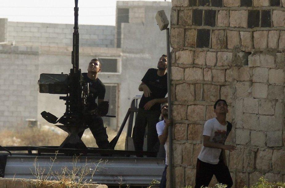Sirijos laisvosios armijos kovotojai šaudo į Sirijos armijos naikintuvus.