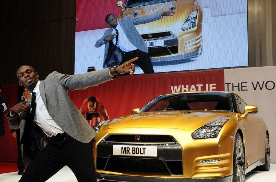 """Bėgikas Usainas Boltas šalia """"Nissan Bolt Gold GT-R"""""""