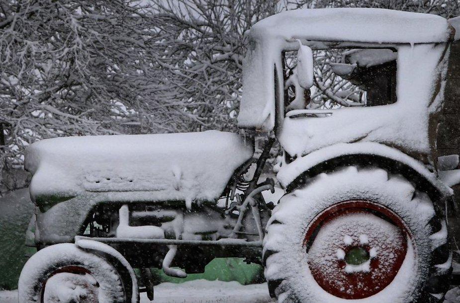 Apsnigtas traktorius