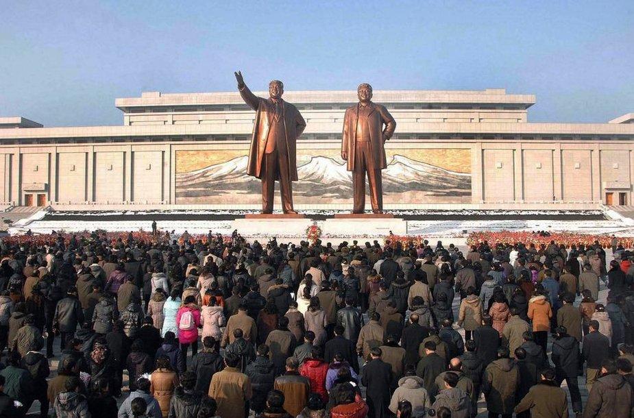 Žmonės susirinko į Kim Jong-Ilo pagerbimo ceremoniją