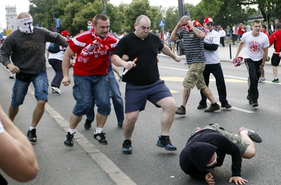 Lenkijos ir Rusijos futbolo sirgalių muštynės Varšuvoje