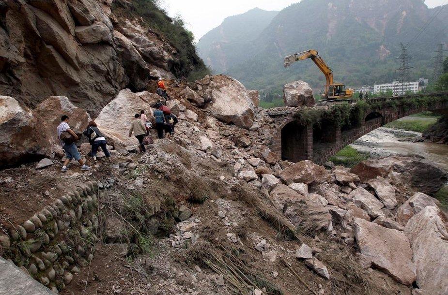 Per žemės drebėjimą sugriuvęs kelio ruožas