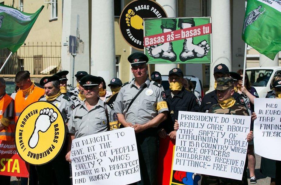 Pareigūnų protestas prie prezidentūros