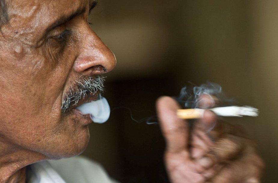 Indijoje rūkantis vyras