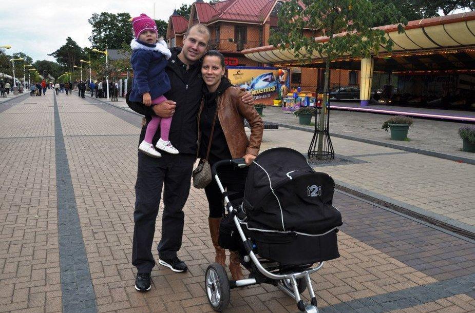 Mantas Mačius su žmona Raimonda ir vaikais