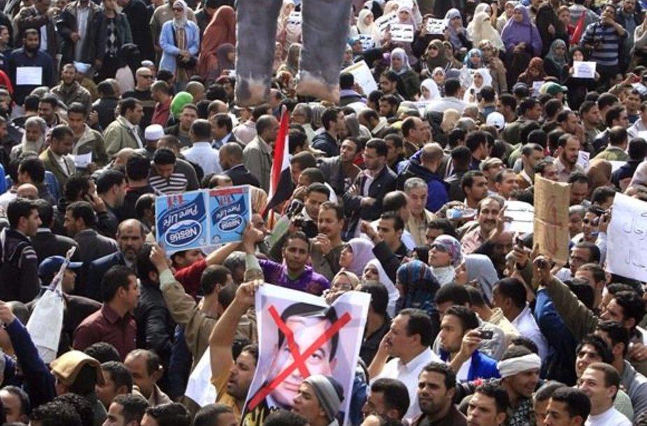 Protestuotojai laiko Hosni Mubaraką vaizduojančią lėlę