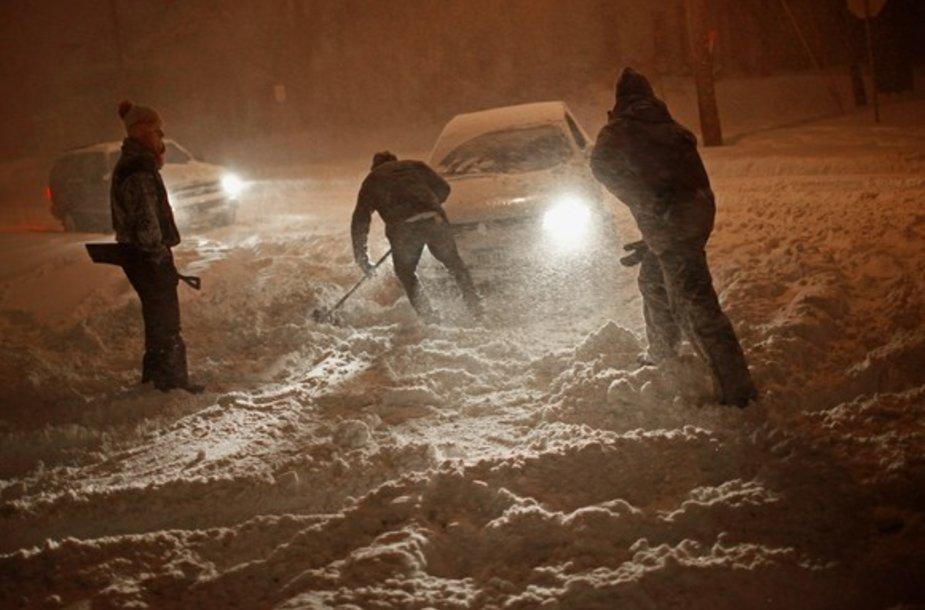 Vyrai kasa sniegą
