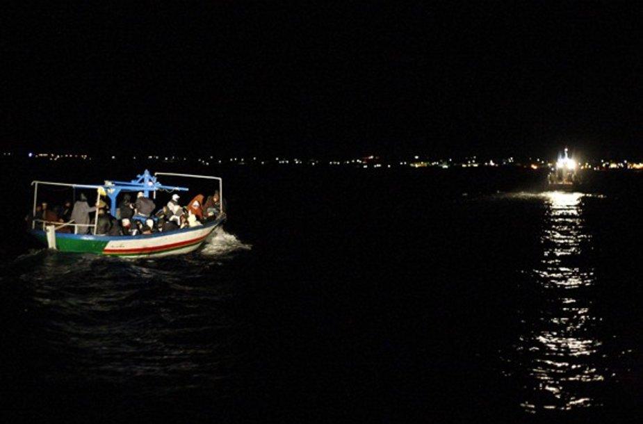 Naktį atkeliaujantysmigrantai