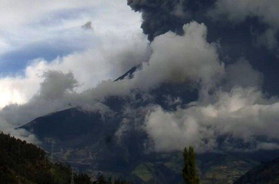 Pelenų debesis gaubia Tungurahua ugnikalnį.