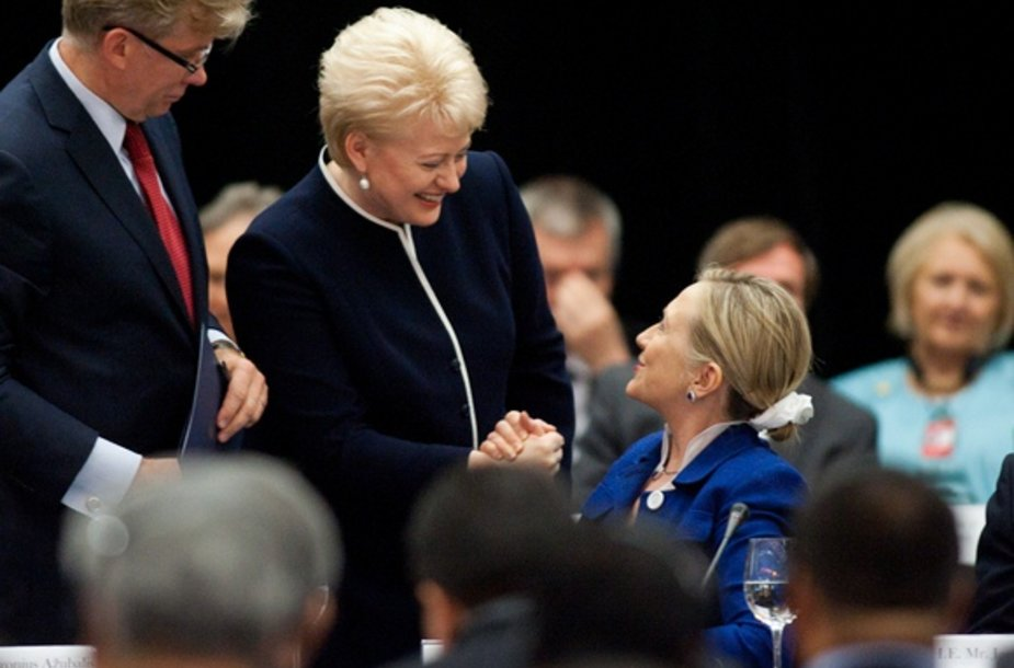 Lietuvos prezidentė Dalia Grybauskaitė sveikinasi su Hillary Clinton