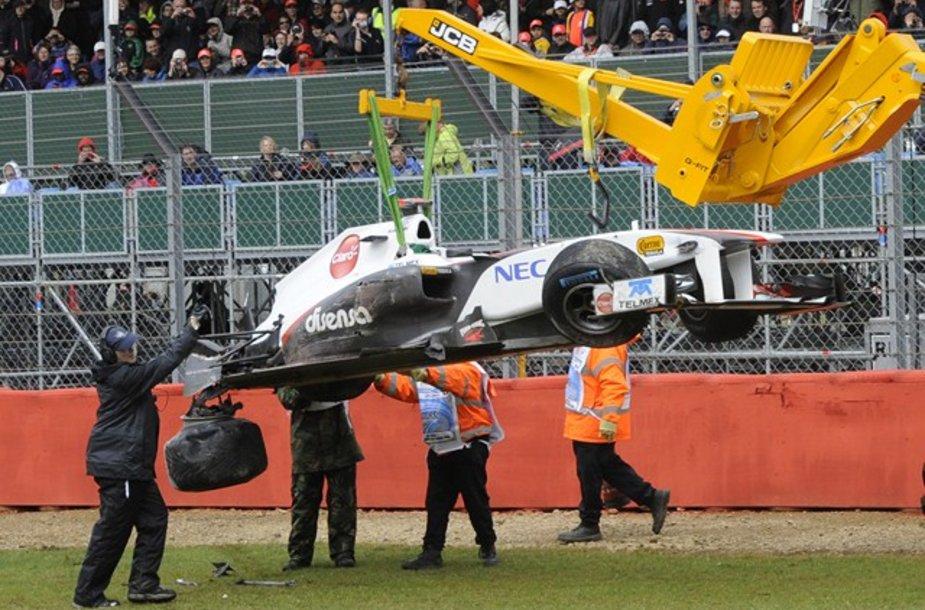 """Kamui Kobayashi """"Formulės-1"""" bolidas po avarijos"""