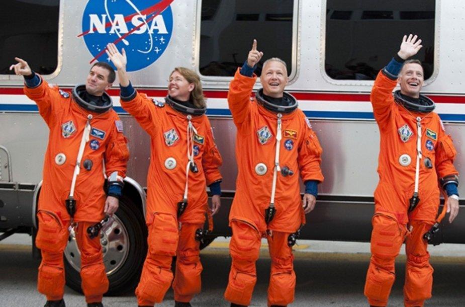 """""""Atlantis"""" erdvelaivio įgulą: Rexas Walheimas (kairėje), Sandy Magnus, pilotas DougasHurley (antras iš dešinės) ir Chrisas Fergusonas (dešinėje)"""
