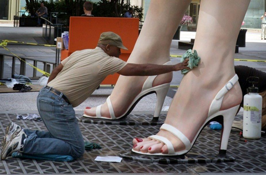 Darbuotojas atlieka paskutinius Marilyn Monroe skulptūros dailinimo darbus