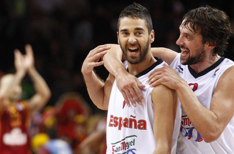 Ispanijos krepšininkai džiaugiasi pergale.