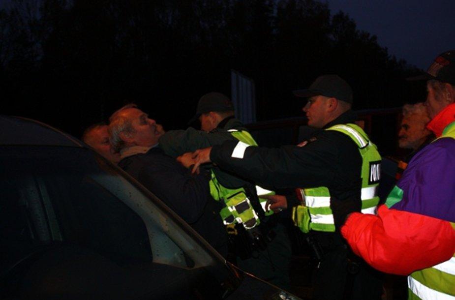 Policija sulaiko protestuotojus.