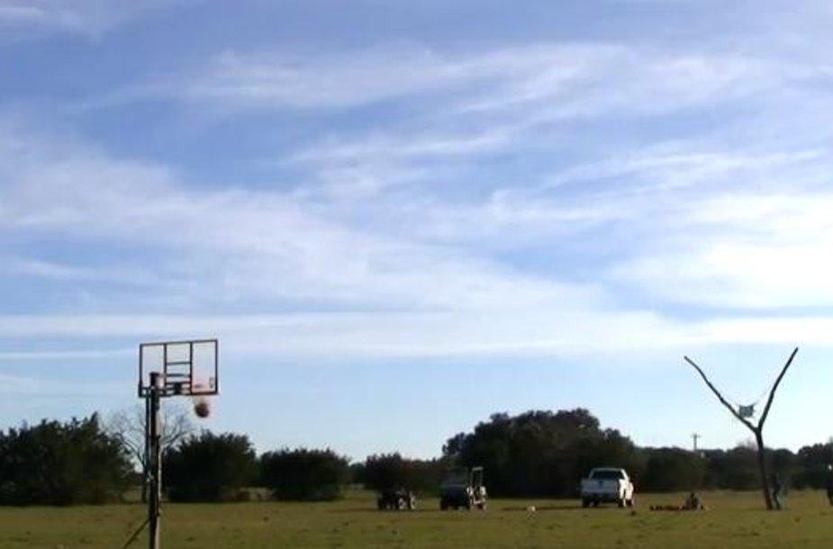 Su milžiniška laidyne amerikiečiai pataikė kamuolį į krepšį