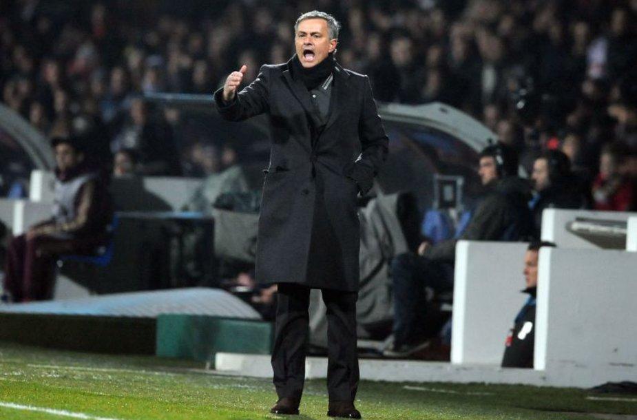 Jose Mourinho patenkintas lygiosiomis, bet ne teisėjų darbu.