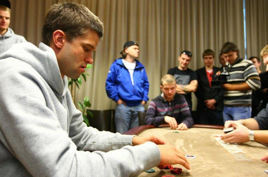 Mantas Kalnietis prie pokerio stalo įveikė profesionalą