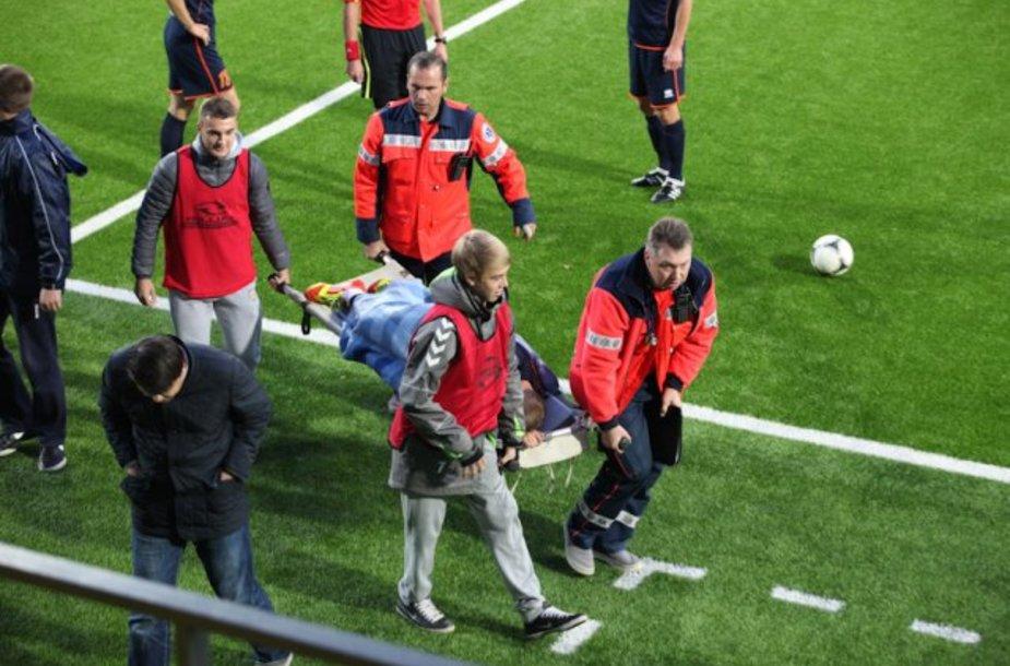 Futbolininką iš aikštės išnešė medikai