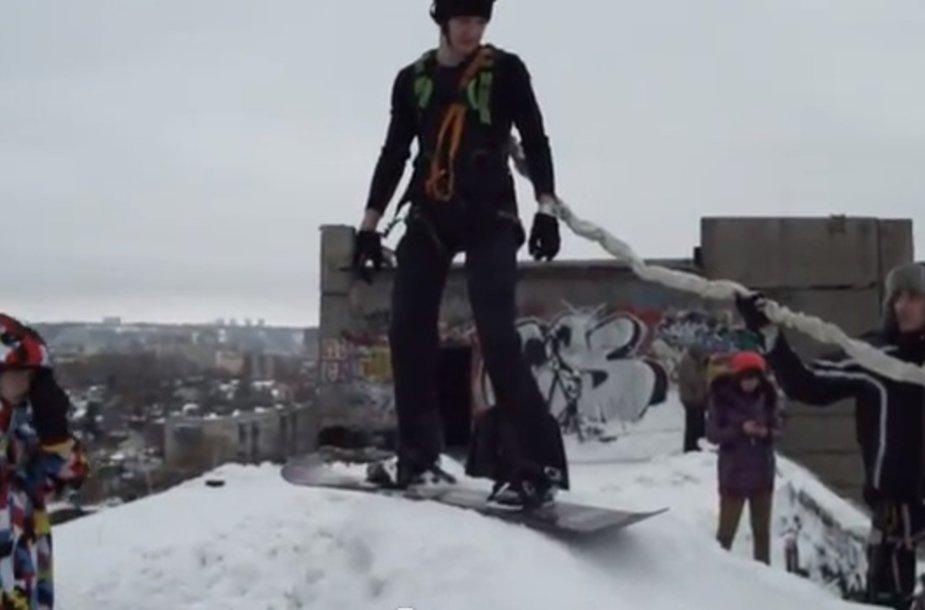 Rusai linksminai: šuolis virve nuo namo stogo su snieglente